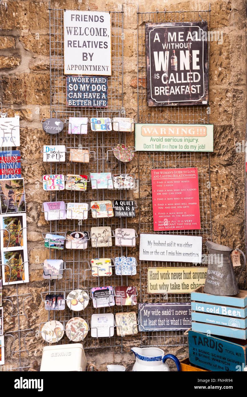 Signos humorísticos para su venta fuera de una tienda de regalos en el Reino Unido Imagen De Stock