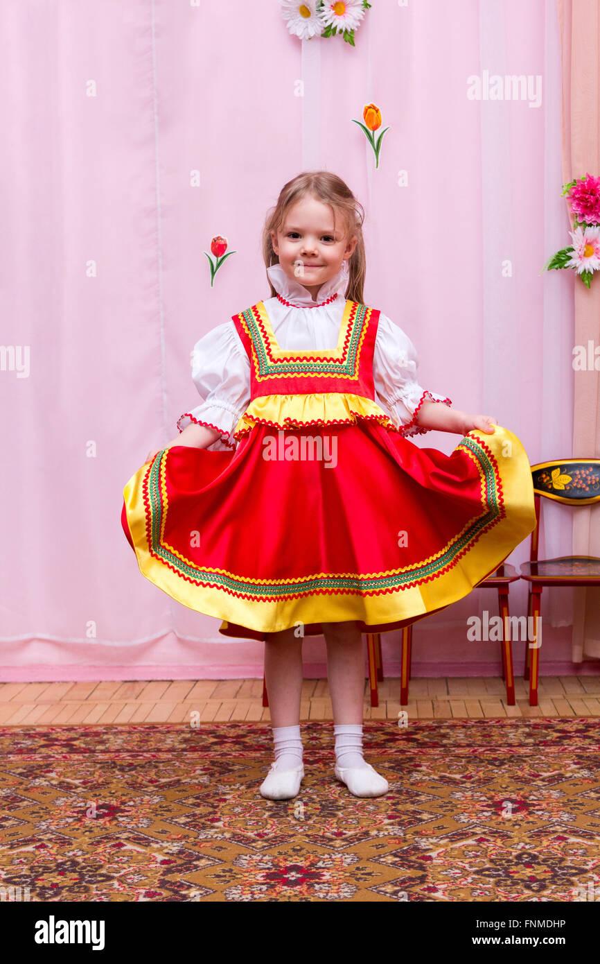 Niña en un vestido rojo nacional rusa Foto & Imagen De Stock ...