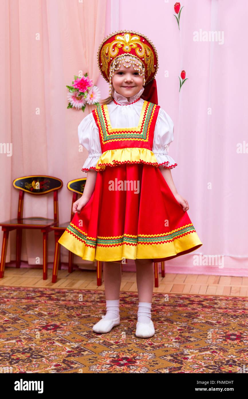 f6e306586 Niña en un vestido rojo nacional rusa Foto & Imagen De Stock ...
