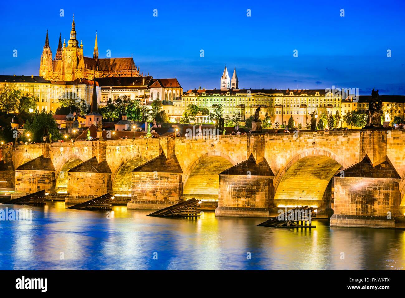 Praga, República Checa. Charles Bridge y Hradcany (Castillo de Praga) con la Catedral de San Vito y San Jorge iglesia Foto de stock