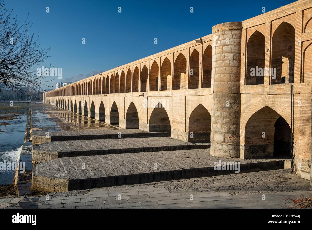 Temprano en la mañana la vista de Allahverdi Khan Bridge (Se-o-se Pol, el puente de 33 arcos sobre el río Zayandeh, Foto de stock