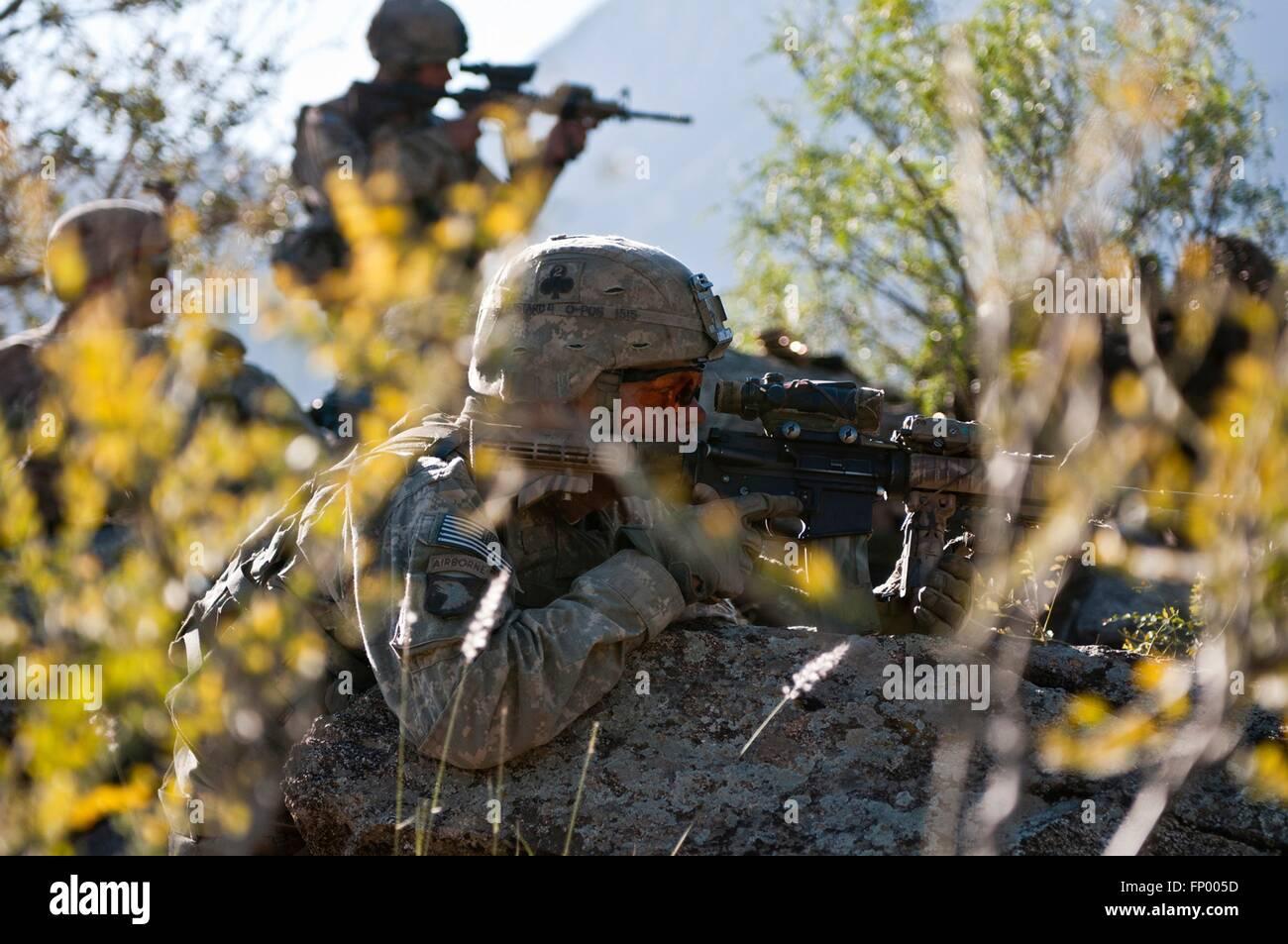 Soldados de infantería del ejército de EE.UU. vea una línea de cresta de la actividad de los talibanes durante una operación el 9 de noviembre de 2010, en la colina de Shal Valle, provincia de Nuristan, Afganistán. Foto de stock