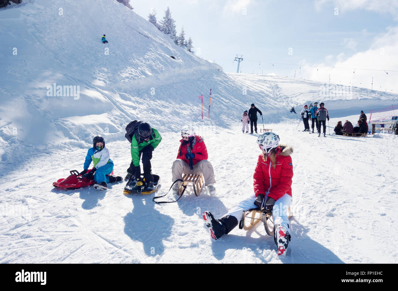 Adolescentes y niños trineo en los Alpes Suizos en Lenk, Cantón de Berna, Suiza, Europa Imagen De Stock