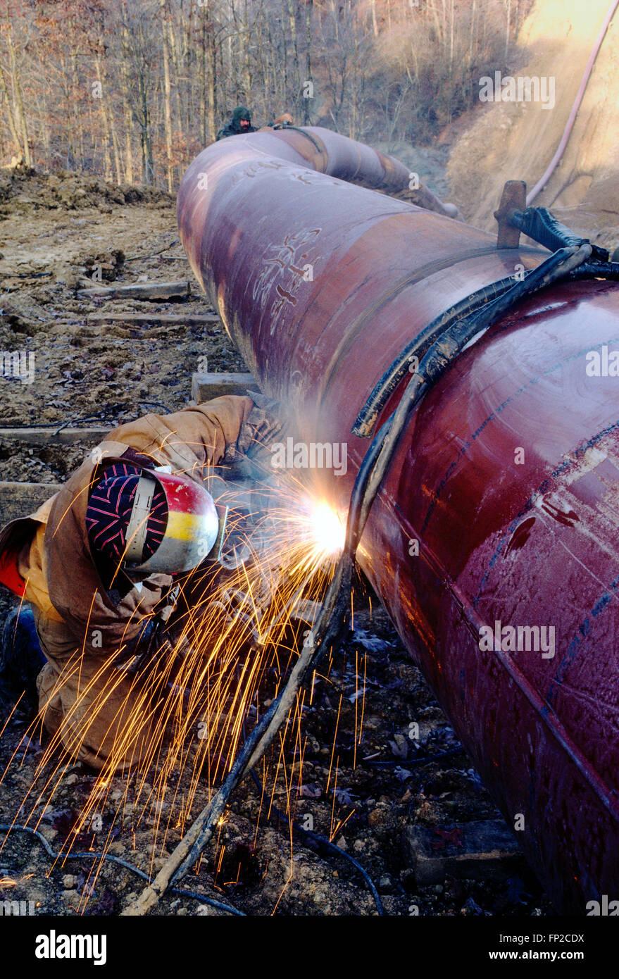 Hombre de soldadura de costura de un oleoducto en la rural Virginia Occidental; EE.UU. Imagen De Stock