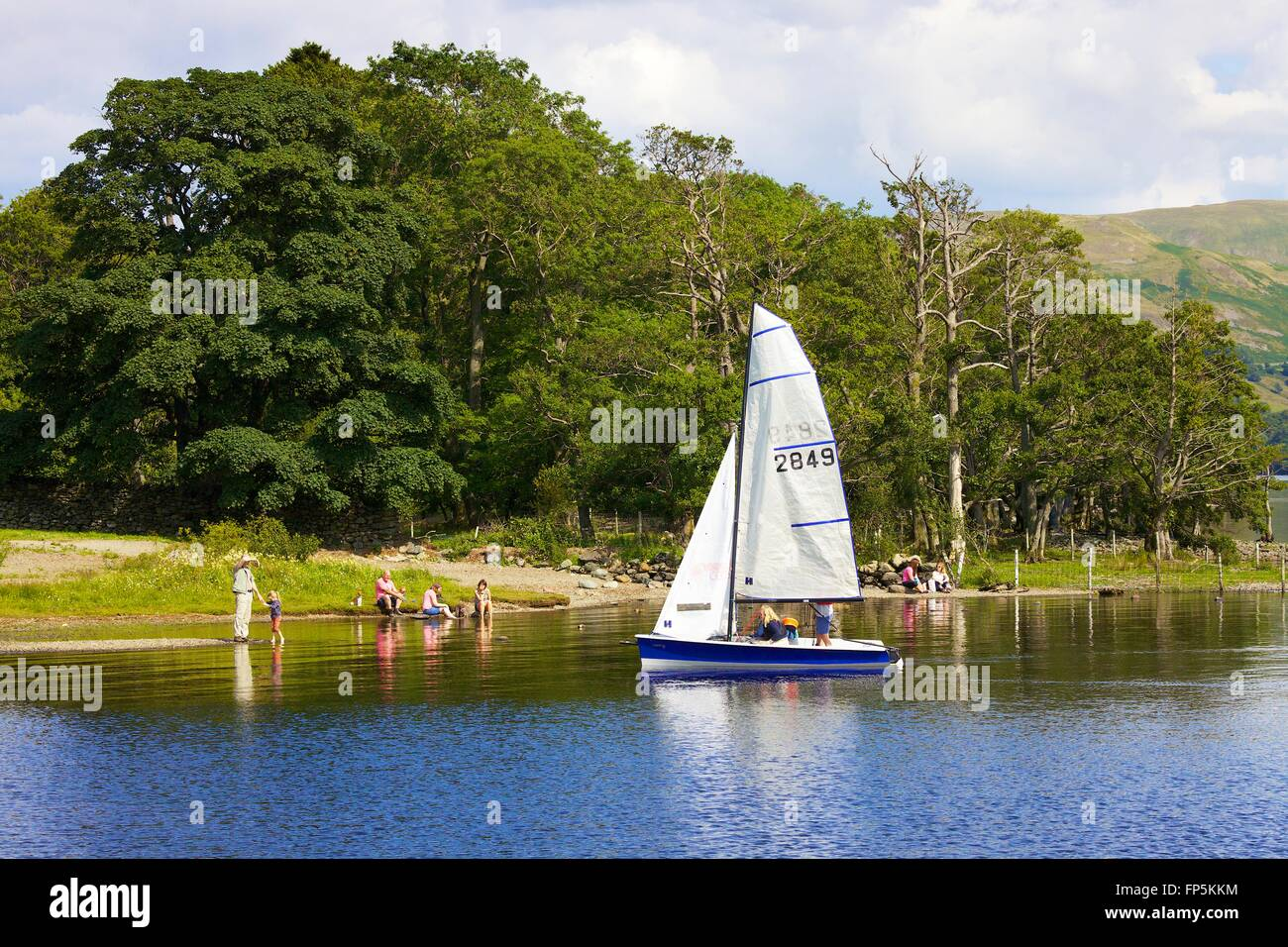Lake District National Park. La familia vela Bote en el lago. Aira Force Bay, Ullswater, Penrith, Cumbria, Lake Imagen De Stock