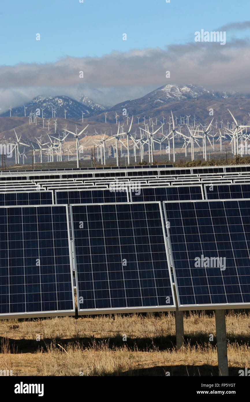 Paneles de energía solar y eólica de la producción de energía eléctrica cerca de Mojave Imagen De Stock
