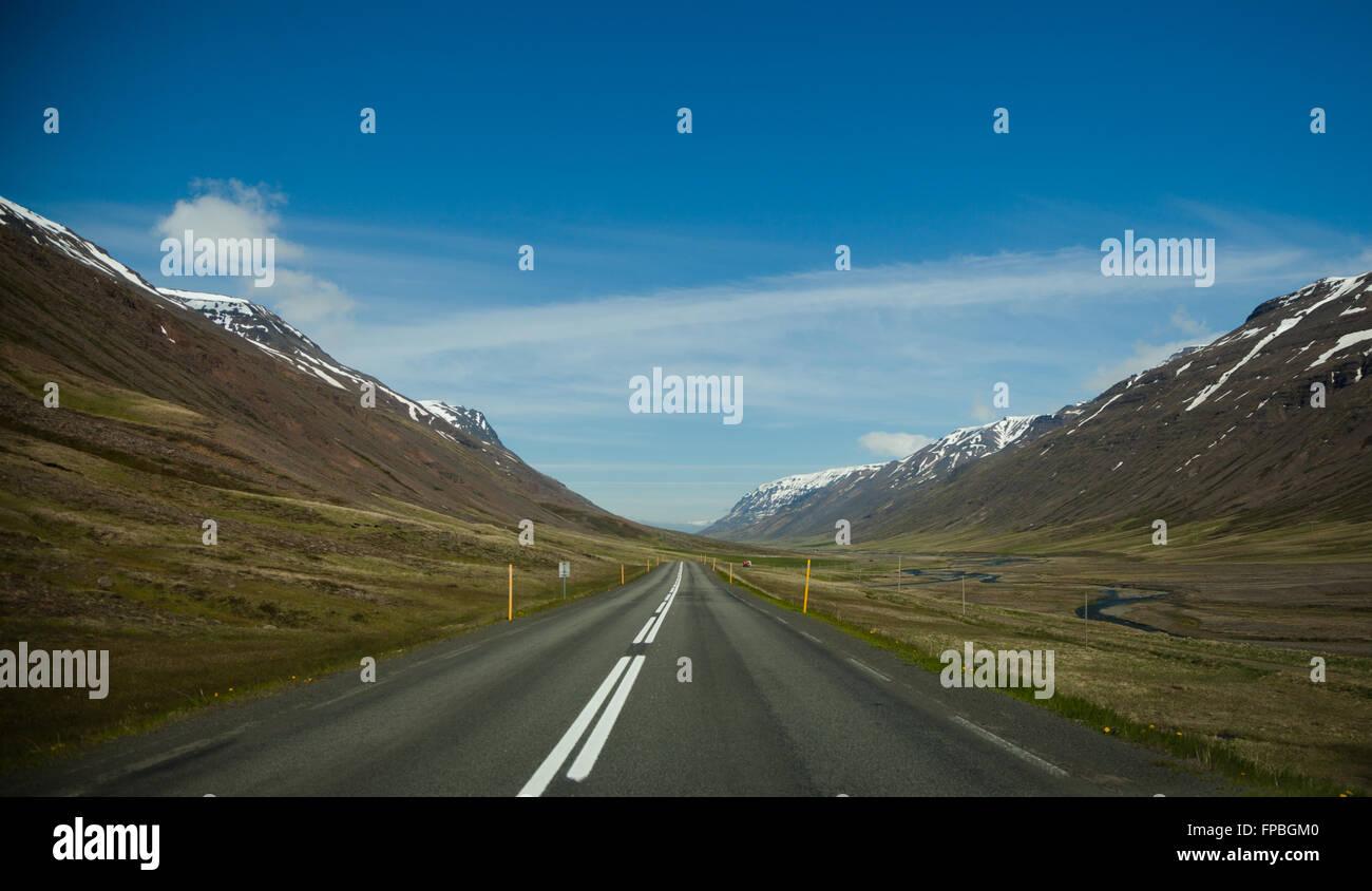 Open road, en el norte de Islandia, Bakki, Europa Foto de stock