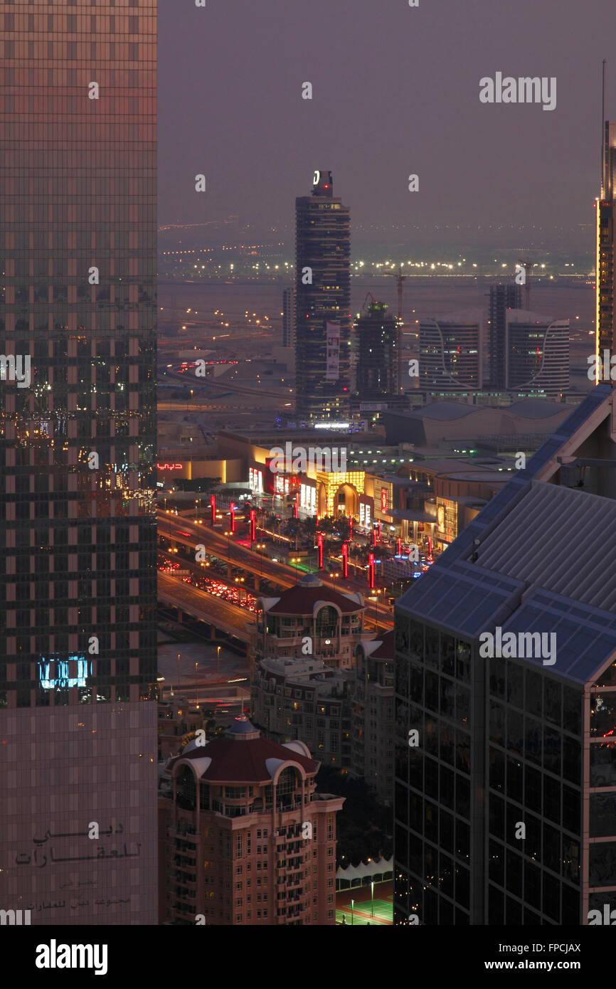 Una vista exterior de torres, con el Dubai Mall en el fondo. Imagen De Stock