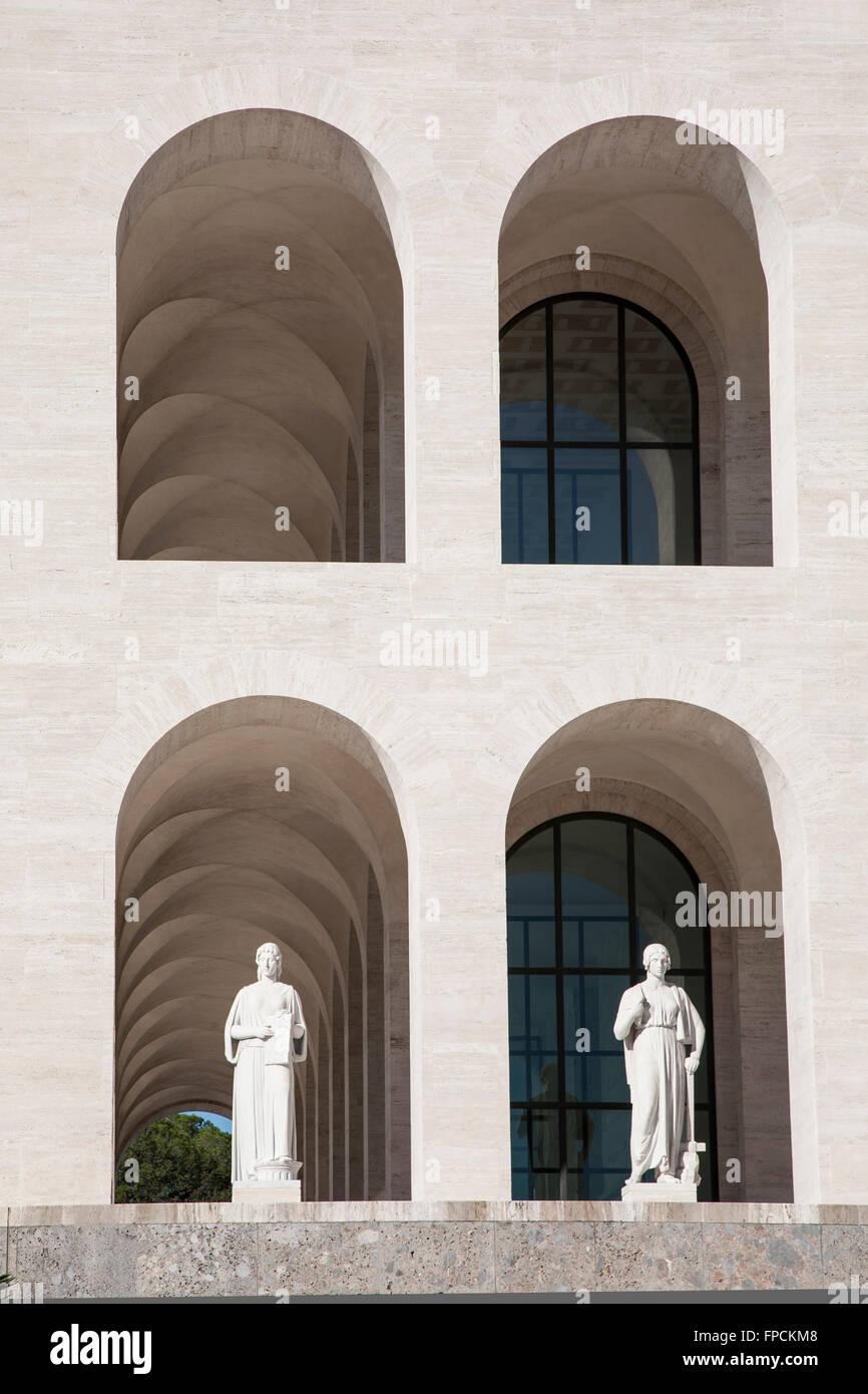 Una vista del Palazzo della Civilta italiana en Roma, un ejemplo de la arquitectura fascista. Vista desde abajo. Imagen De Stock