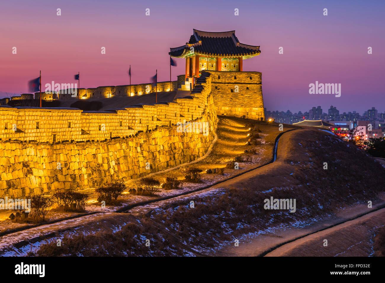 Corea, puesta de sol en la fortaleza de Hwaseong en Suwon, Corea del Sur. Imagen De Stock