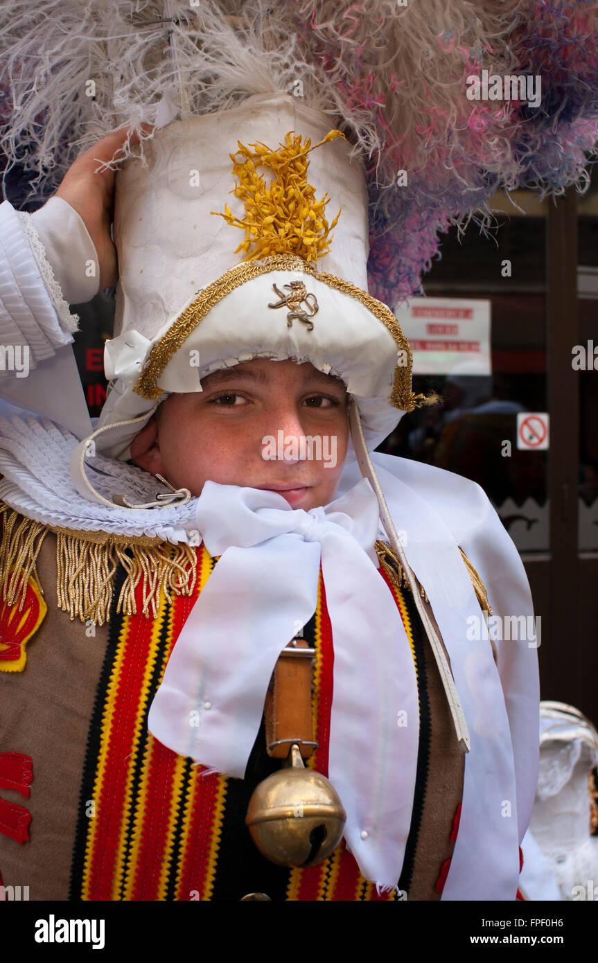 Demostración de carnaval de Binche vestidos, Bruselas, Bélgica. Festival desfile de Patrimonio Mundial Imagen De Stock
