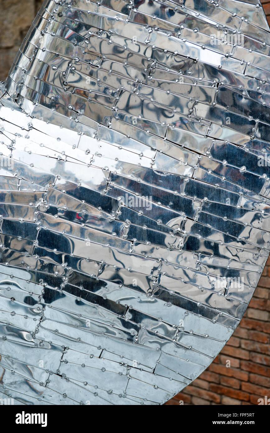 Cerrar Resumen Detalle de metal reflectante elemento arquitectónico, diseñado por Antoni Gaudí, en Barcelona, España Foto de stock