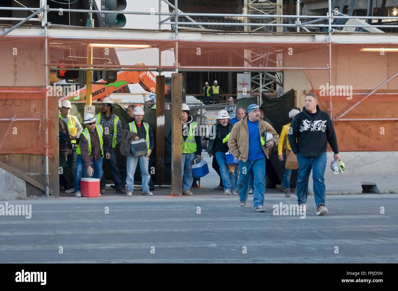 Las Vegas, Nevada. Un grupo de trabajadores de la construcción dejando el trabajo después del trabajo. Imagen De Stock