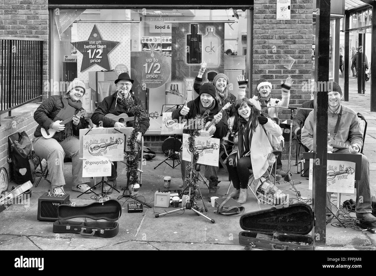 Escena de Navidad en York UK. Calle tradicional buskers reconociendo el fotógrafo disfrutar las festividades navideñas Foto de stock