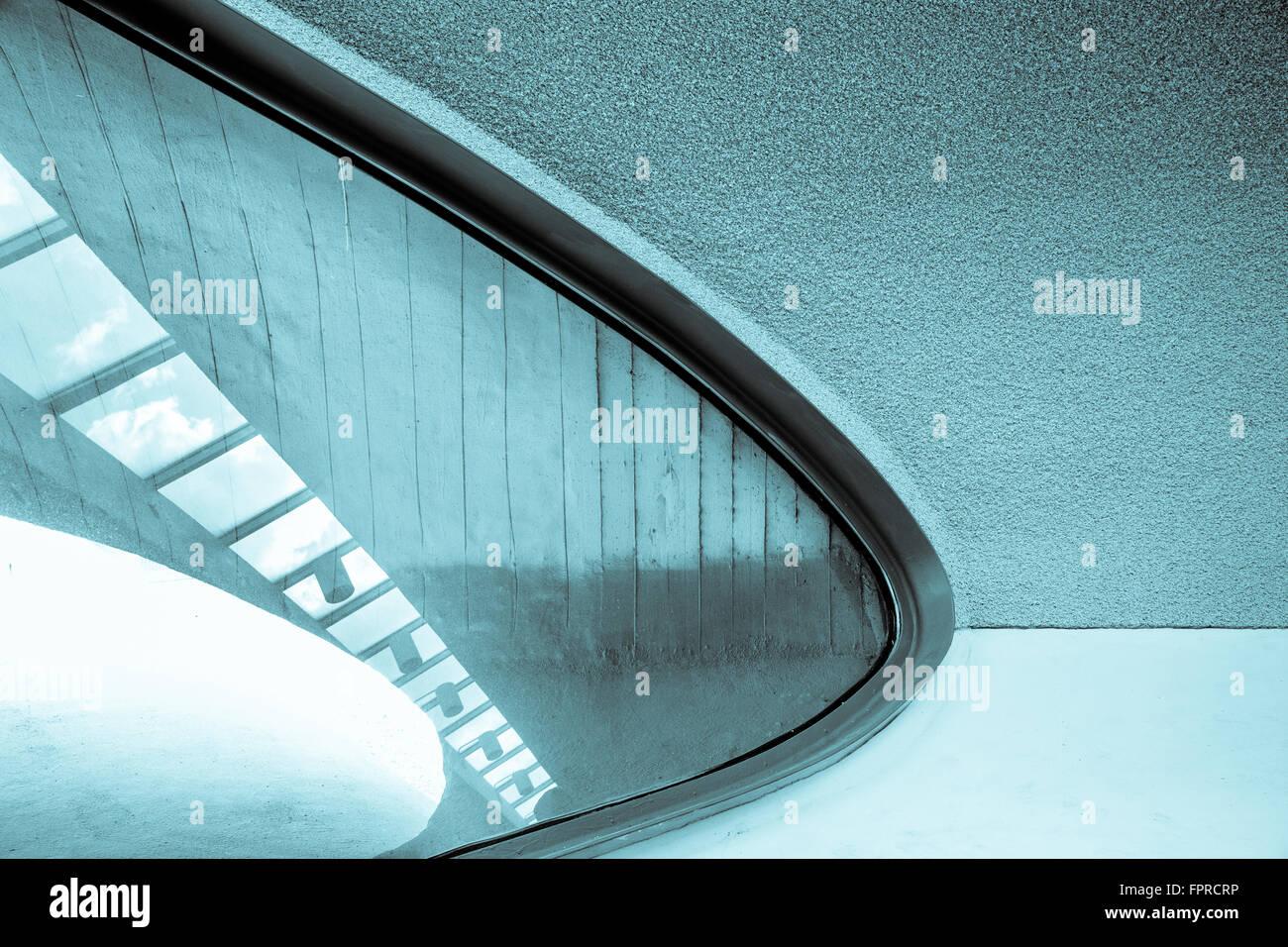 Líneas, la textura y el tragaluz en el moderno edificio de arquitectura de interiores Foto de stock