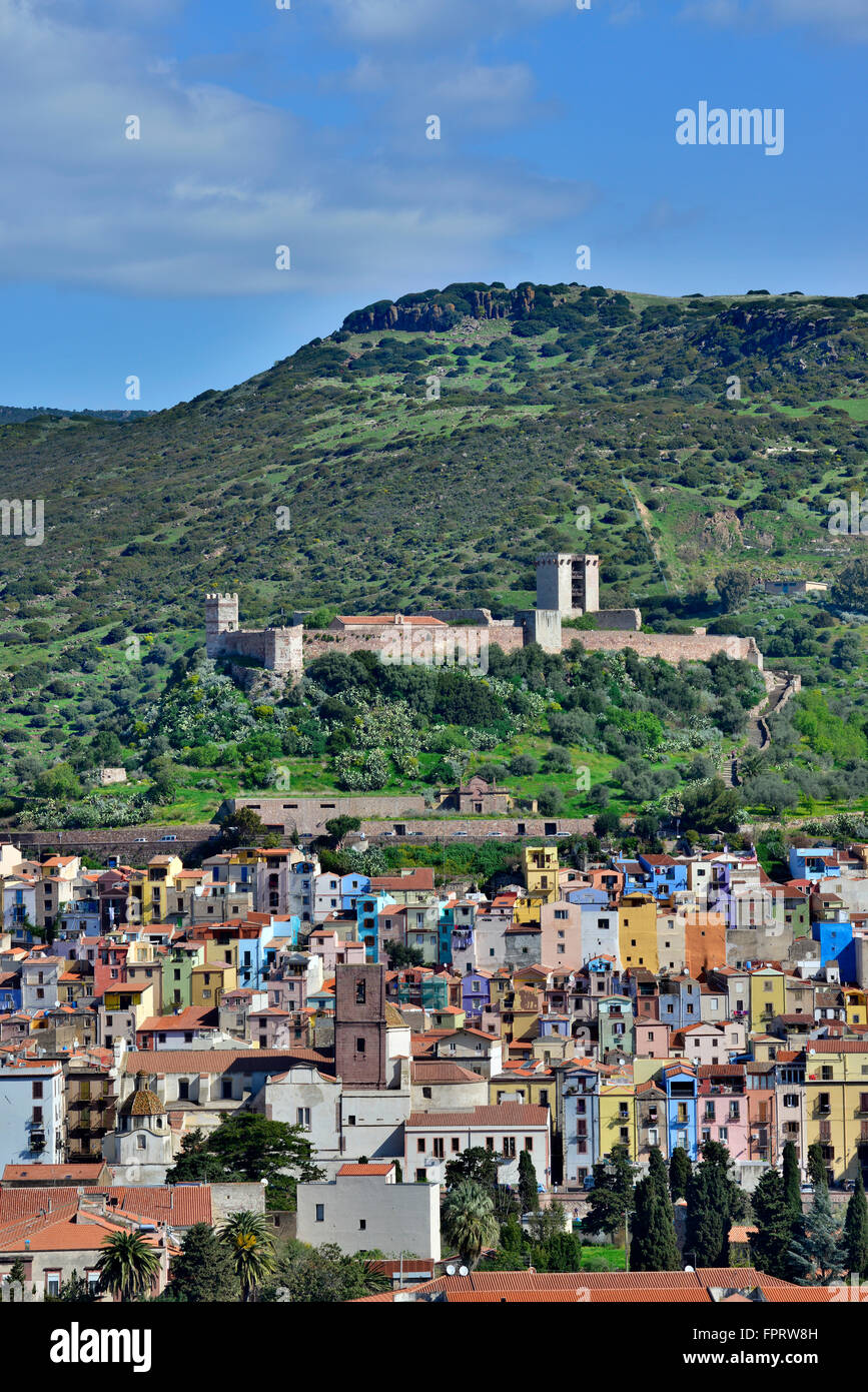 Paisaje con el castillo Castello Malaspina, Bosa, Cerdeña, Italia Foto de stock