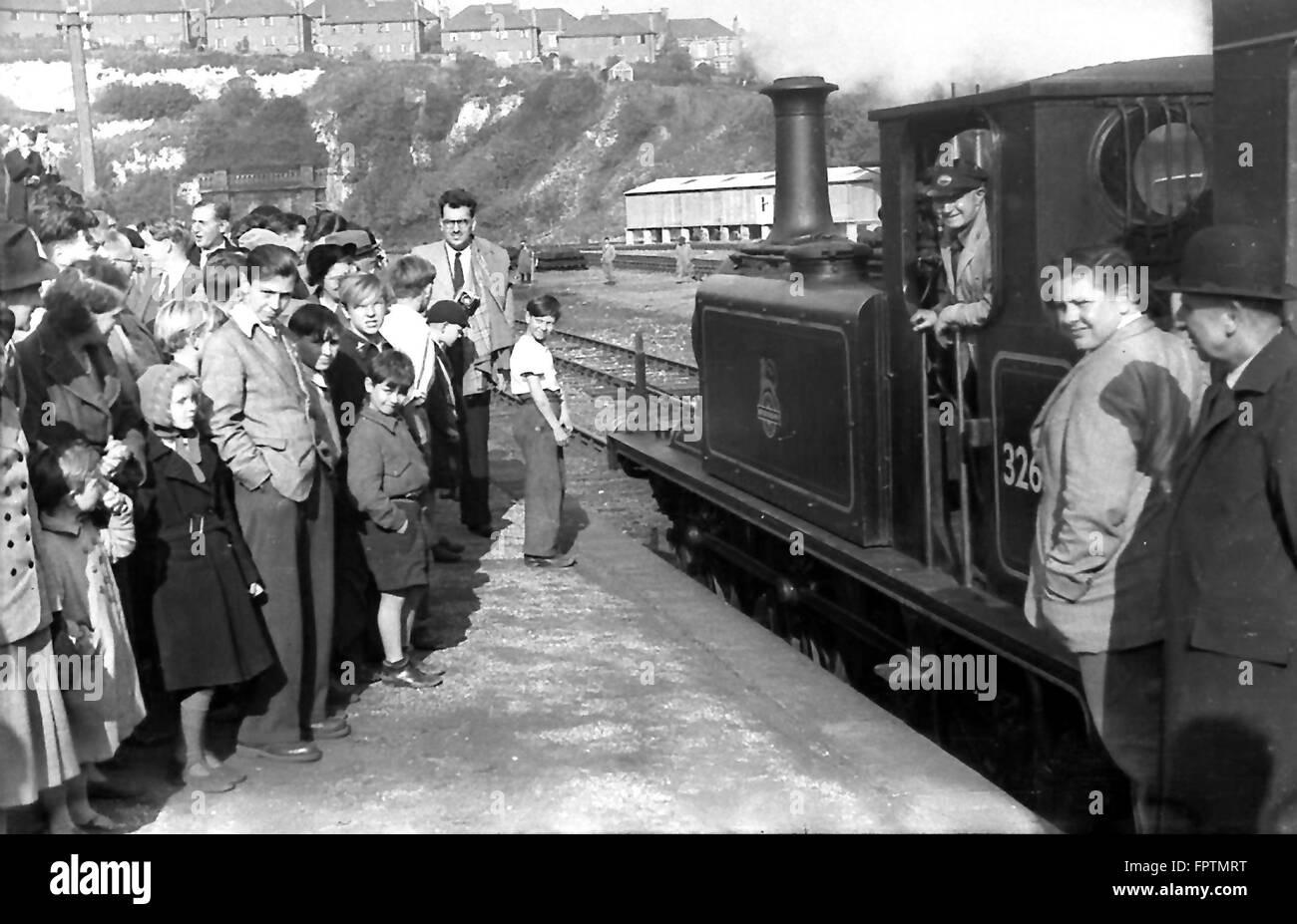 LBSCR A1X 0-6-0T 32636 espera para salir de la estación de Brighton con un ECA excursión a Brighton (ciudad de Kemp) el 5 de octubre de 1952 Foto de stock