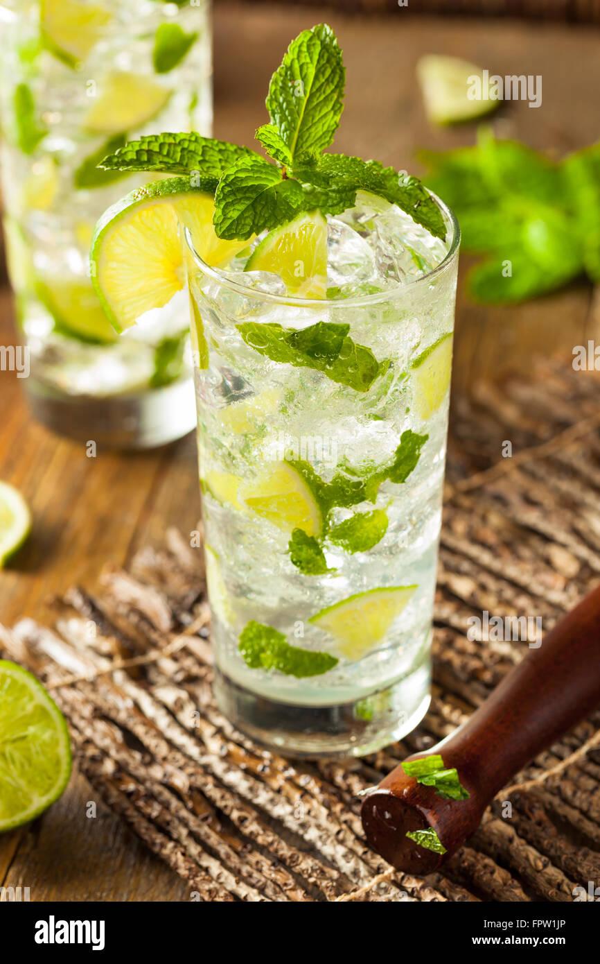 Bebidas Mojito casero con limón y menta verde Foto de stock