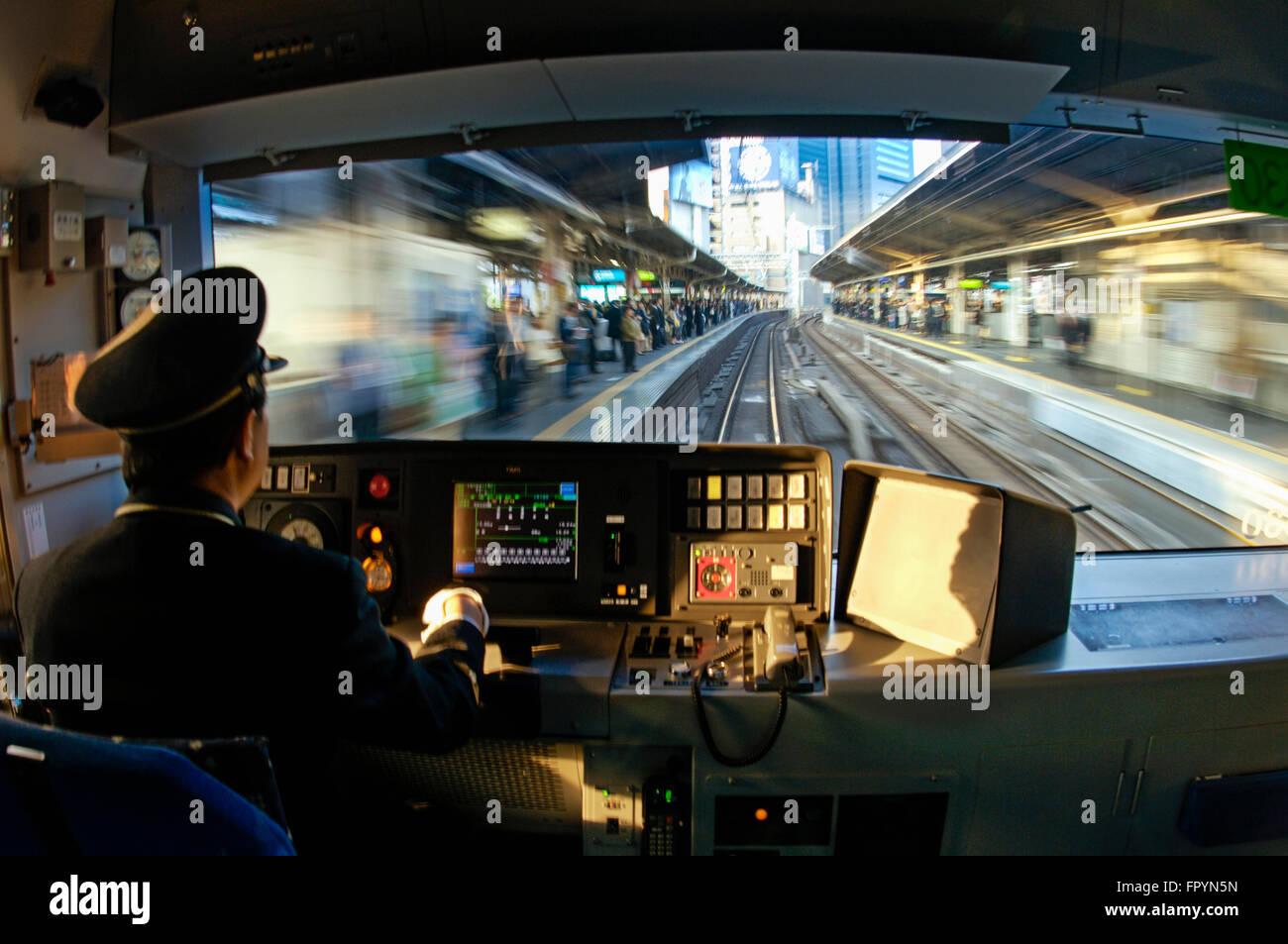 El tren JR Yamanote tirando hacia la estación en el centro de Tokio, Japón Foto de stock
