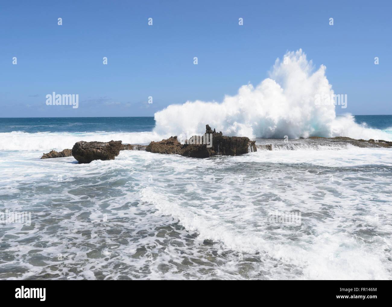 El mar embravecido en el punto Quobba, cerca de Carnarvon, Coral Coast, Gascoyne Región, Australia Occidental Foto de stock