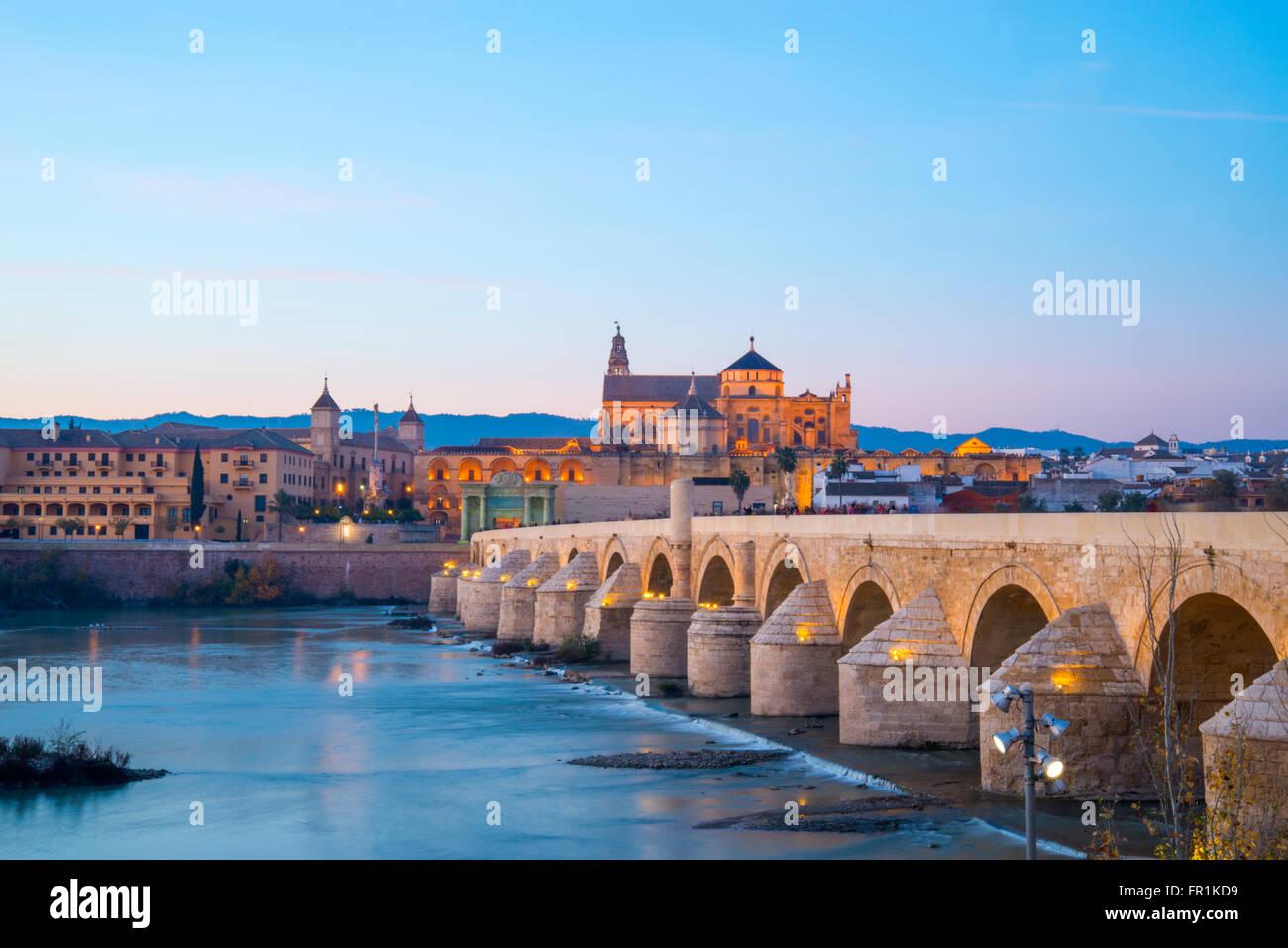 El río Guadalquivir, puente romano y una vista de la ciudad al anochecer. Cordoba, España. Foto de stock