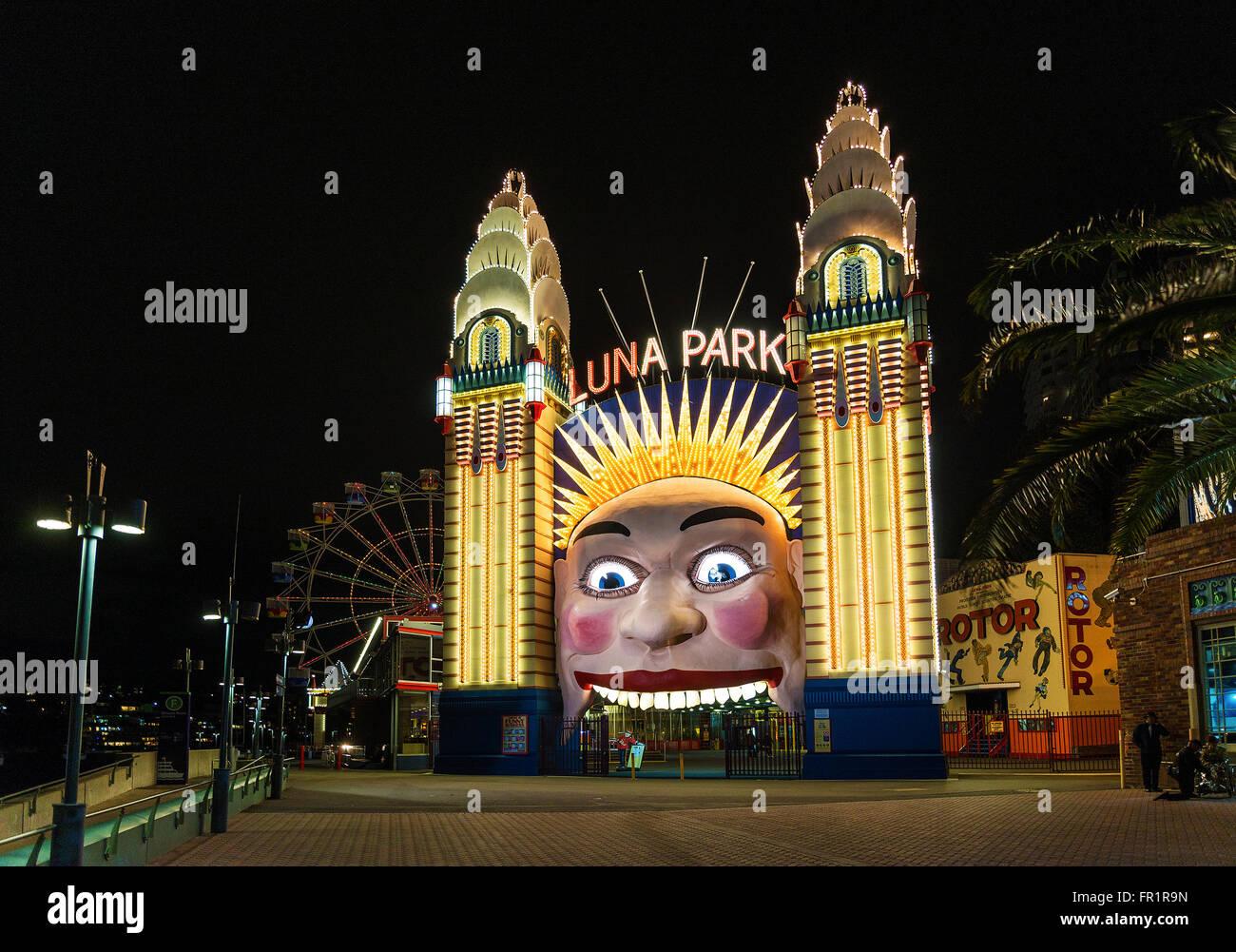 Entrada al parque de atracciones Luna Park en Sydney (Australia) en la noche Imagen De Stock