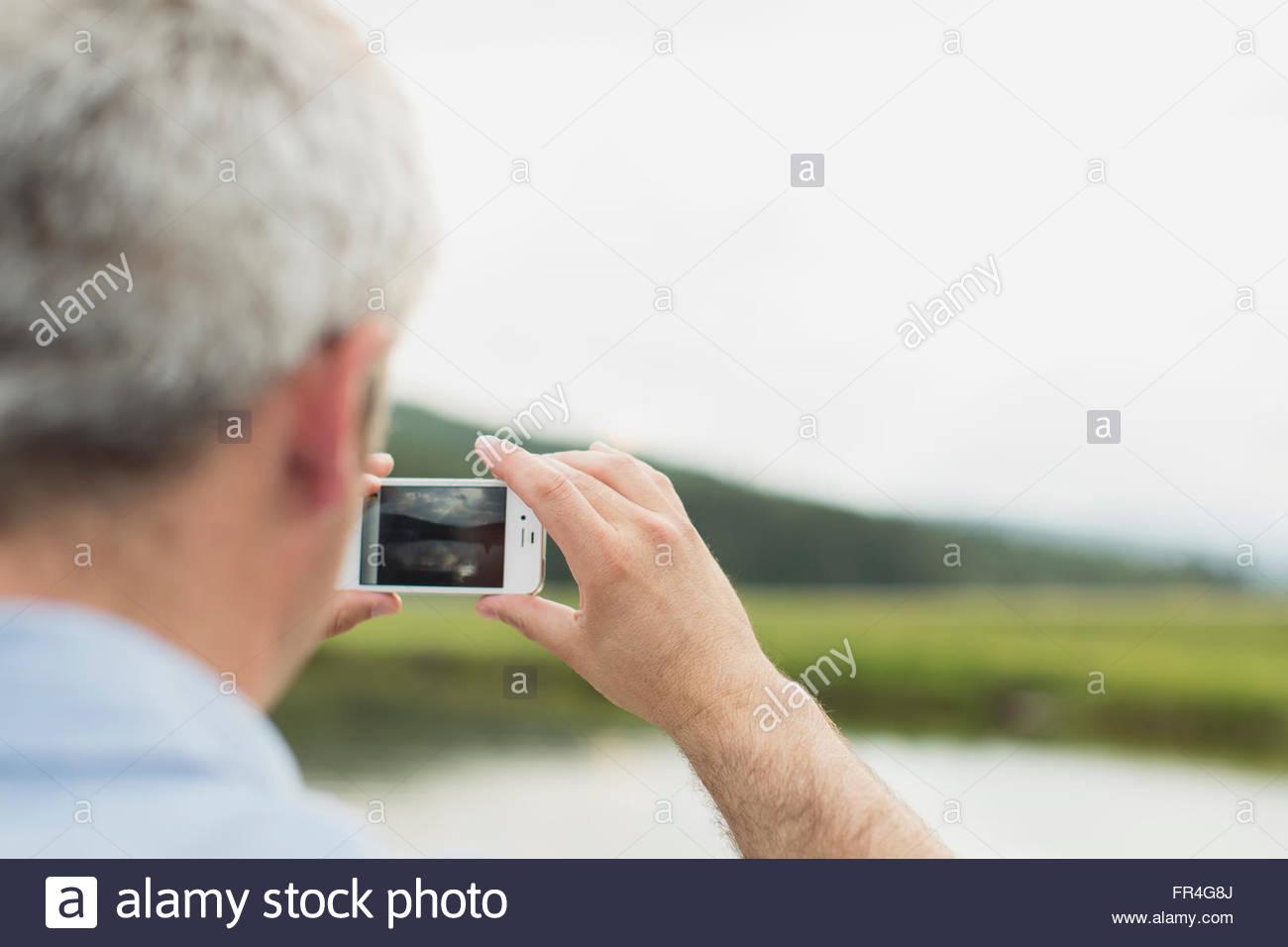 Close-up de hombre utilizando el smartphone a tomar fotografías. Imagen De Stock