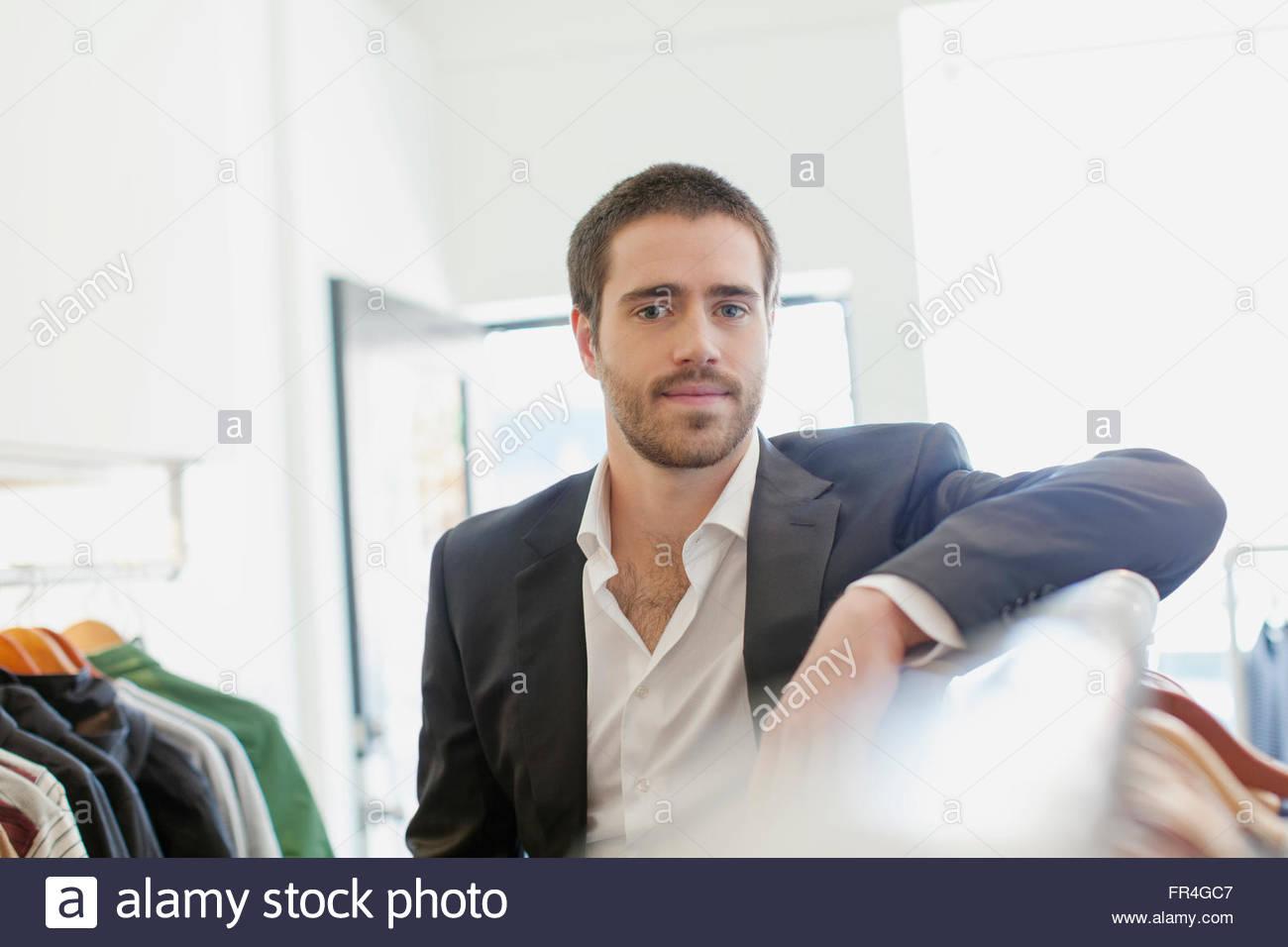 Retrato de quebrantahuesos empleado en mens store. Imagen De Stock