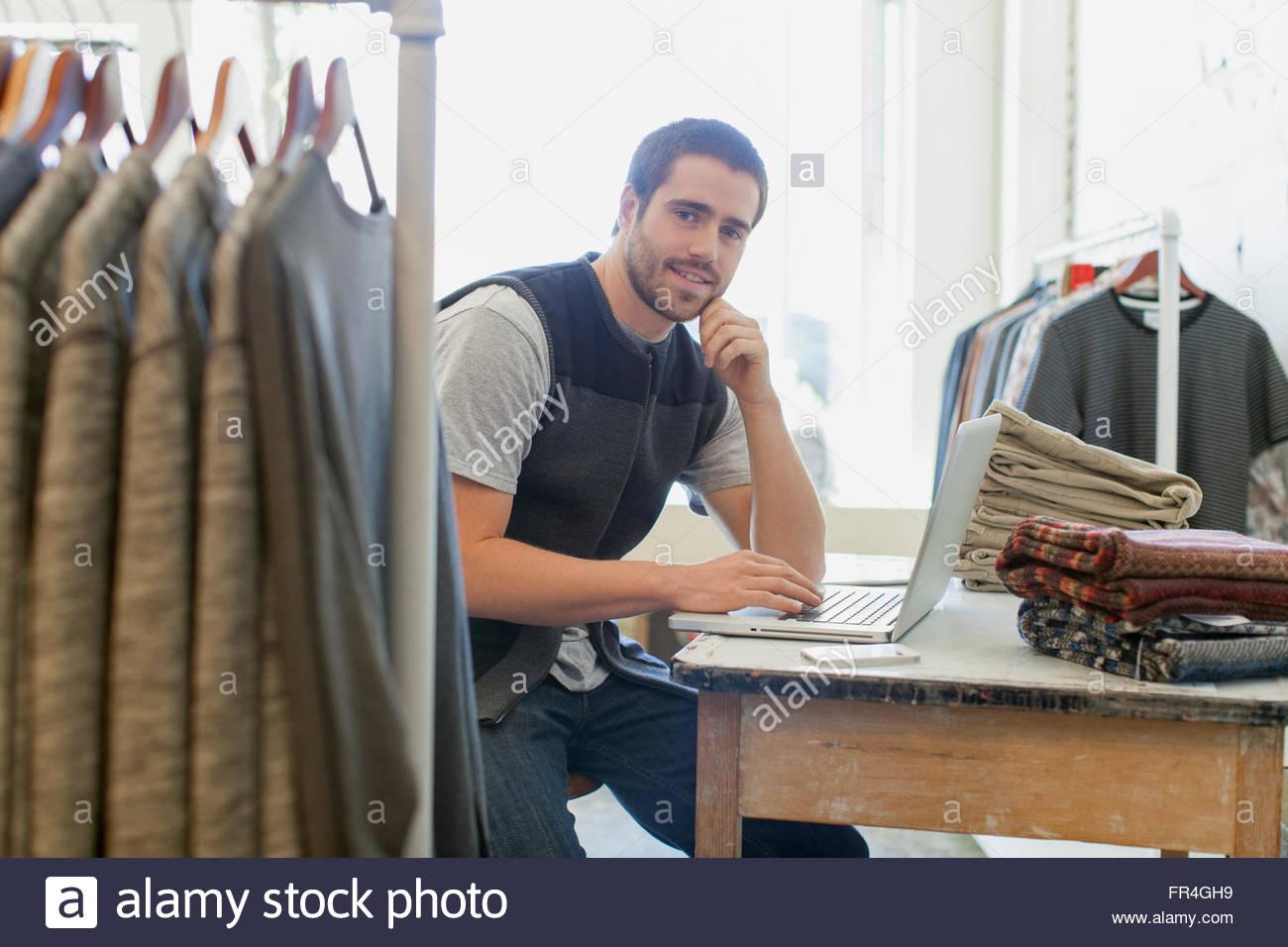 Retrato de guapo, barbado vendedora en mens tienda de desgaste. Imagen De Stock