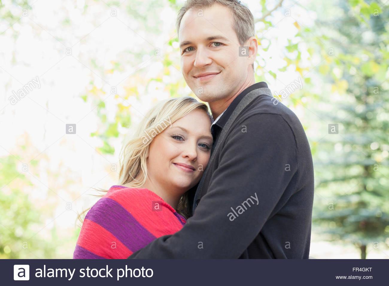 Retrato de marido y mujer atractiva abrazarse mutuamente. Imagen De Stock