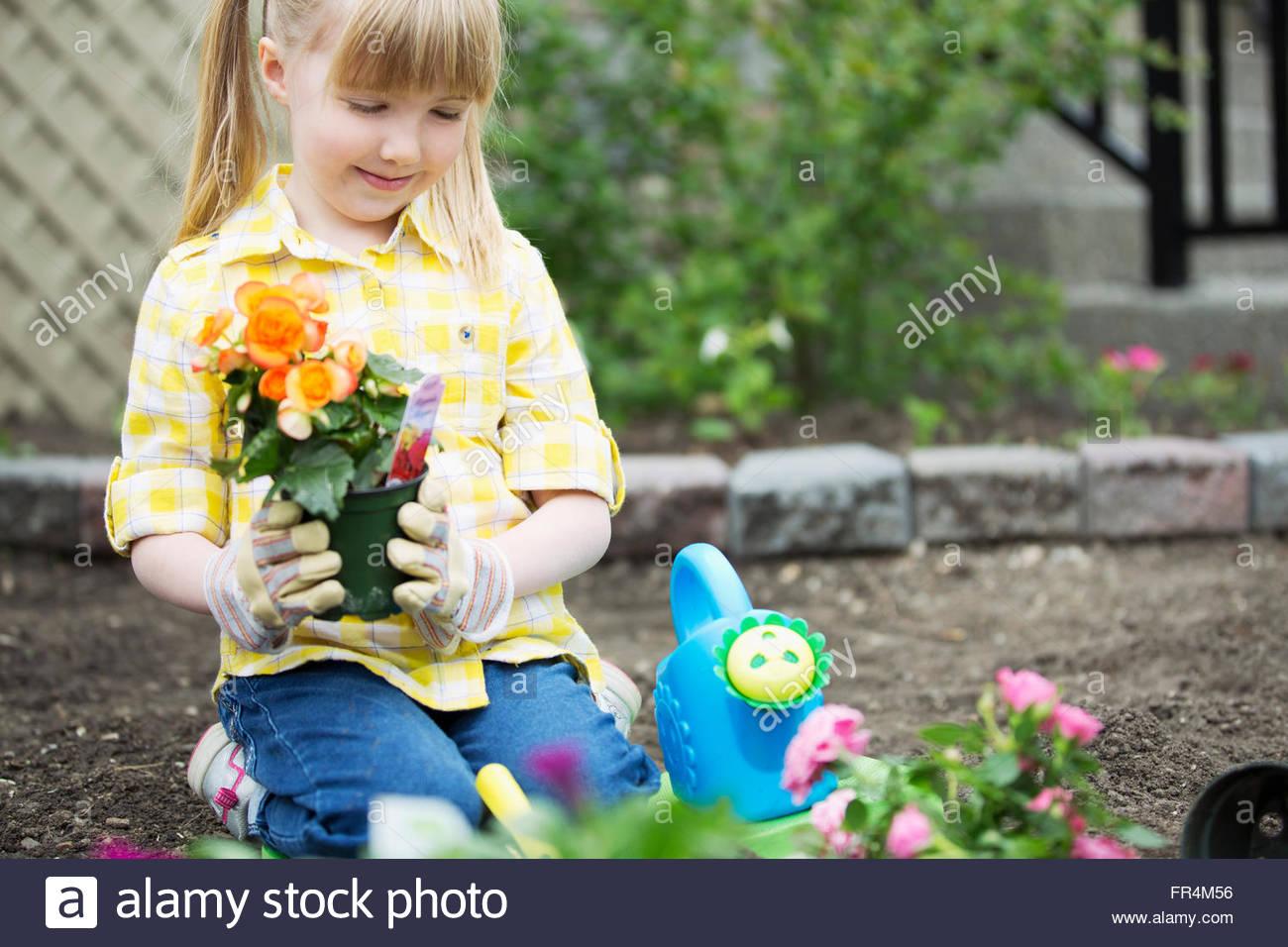 Lindo, 5 años de edad, niña de plantar flores Imagen De Stock