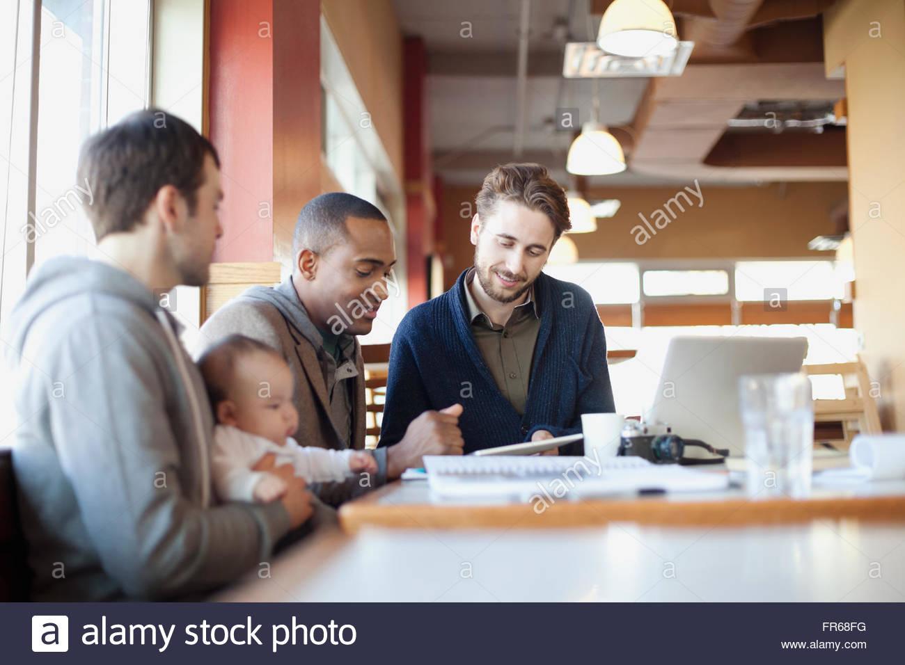 Amigos varones en la discusión en el almuerzo Foto de stock