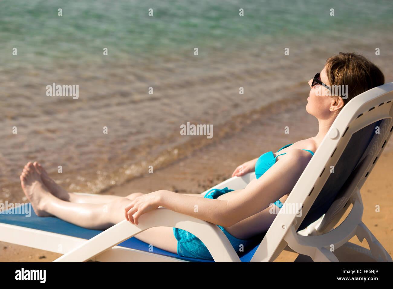 De Y Joven En Tumbado Con Mujer Traje Gafas Sol Slim Azul Baño PTwZXiOku