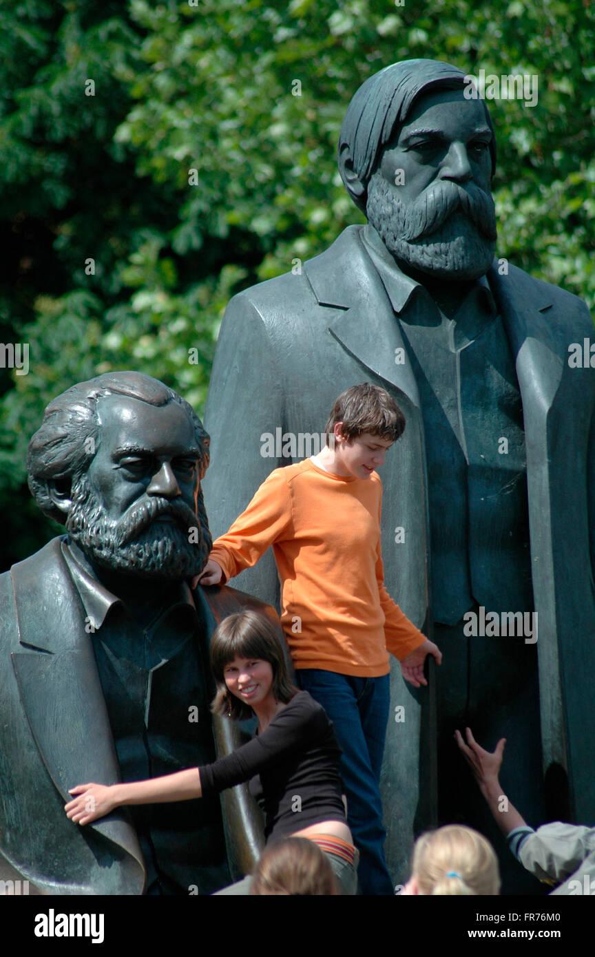 Das Marx-Engels-Denkmal en Berlin-Mitte. Foto de stock