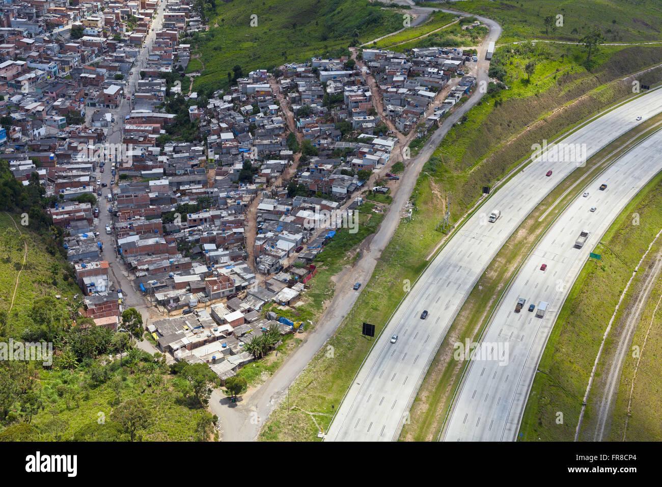 Vista aérea del barrio Rincón humilde Mario Covas con SP-021 en el fondo Imagen De Stock