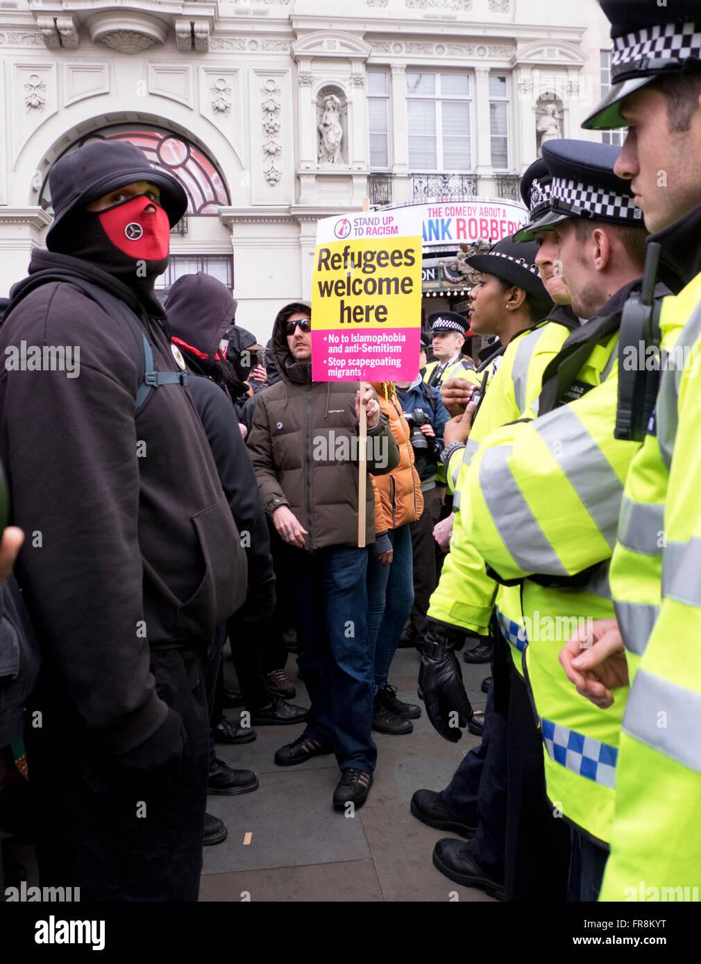 Stand up al racismo marzo acogiendo a los refugiados y protestando contra la islamofobia y los prejuicios raciales, Imagen De Stock