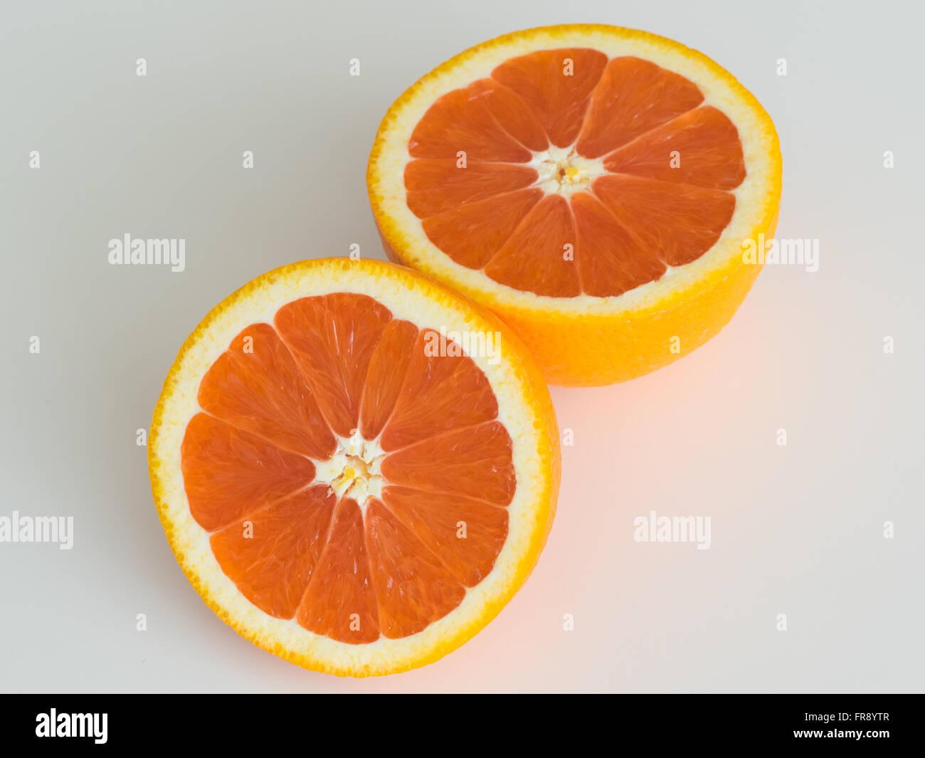 Una naranja navel cara cara, también conocido como un rojo-naranja navel completarlos o alimentación naranja. Imagen De Stock
