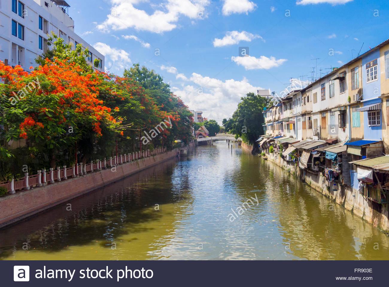 Los edificios junto al canal en el centro de Bangkok, Tailandia Imagen De Stock