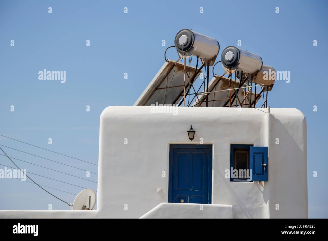 Moderno alimentado con panel solar calentadores de agua caliente para la eficiencia energética están montados Imagen De Stock
