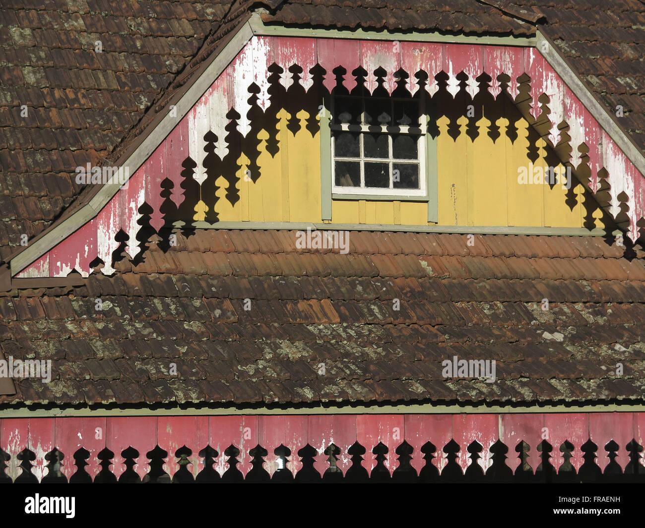Cerca de los aleros en el ático de la casa de madera Imagen De Stock