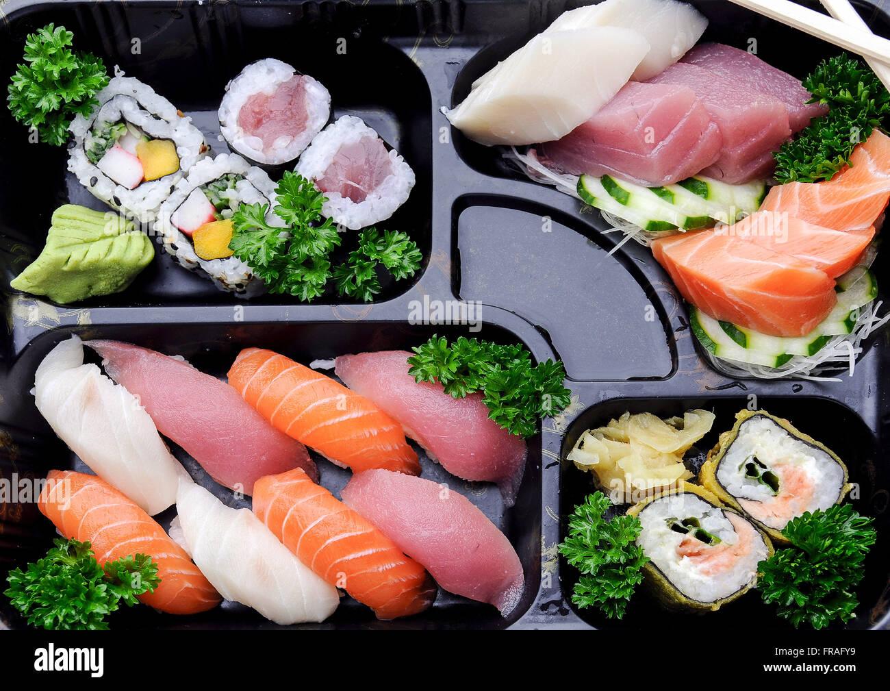 La comida japonesa - sushi y sashimi combinación en restaurante. Imagen De Stock