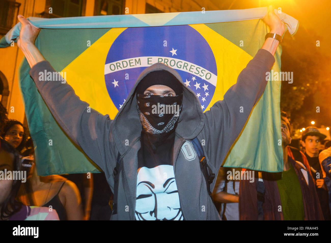 Manifestante con la bandera de Brasil en protesta durante la visita del Papa Francisco Imagen De Stock