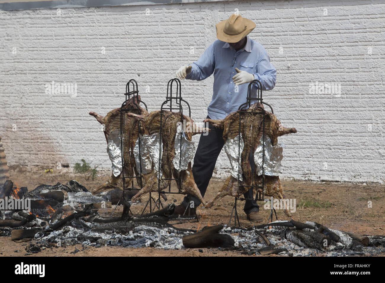 Hombre preparar asado de cordero, Fogo de Chao Imagen De Stock