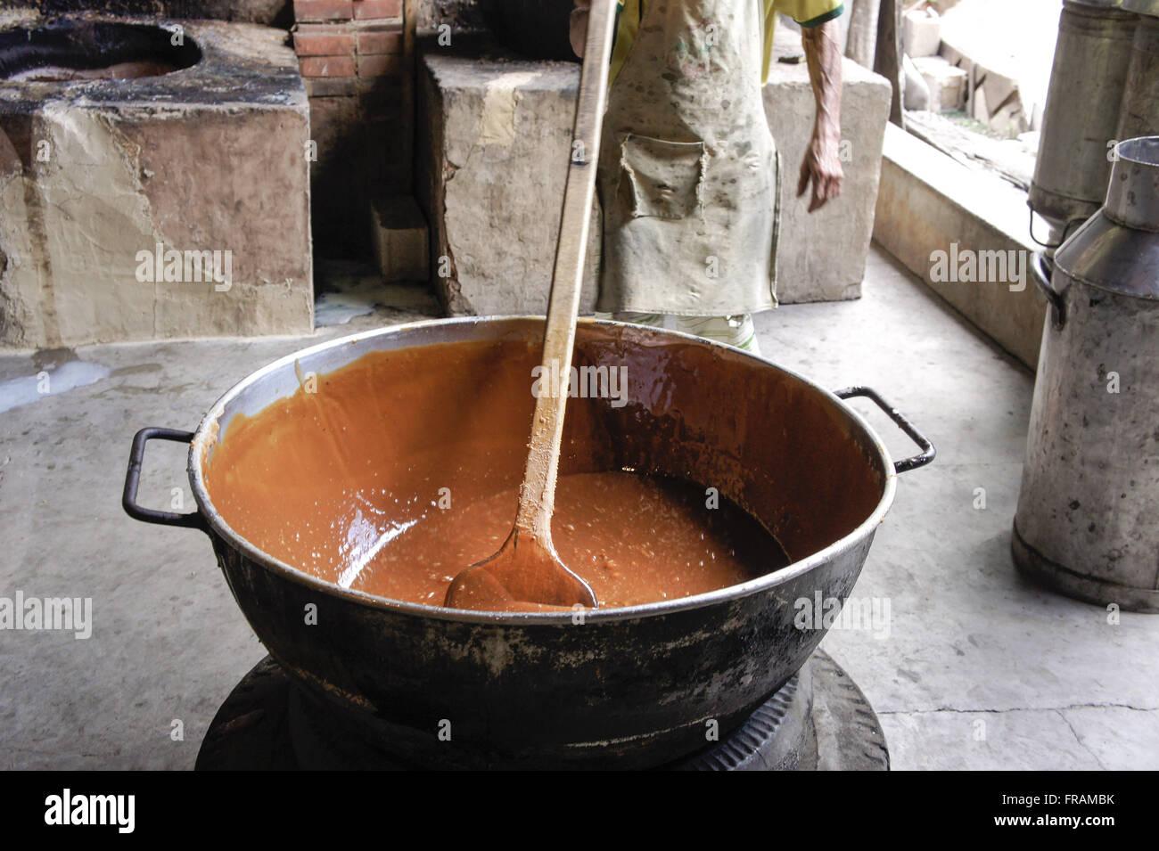 Fabricación de dulce de leche casero Imagen De Stock