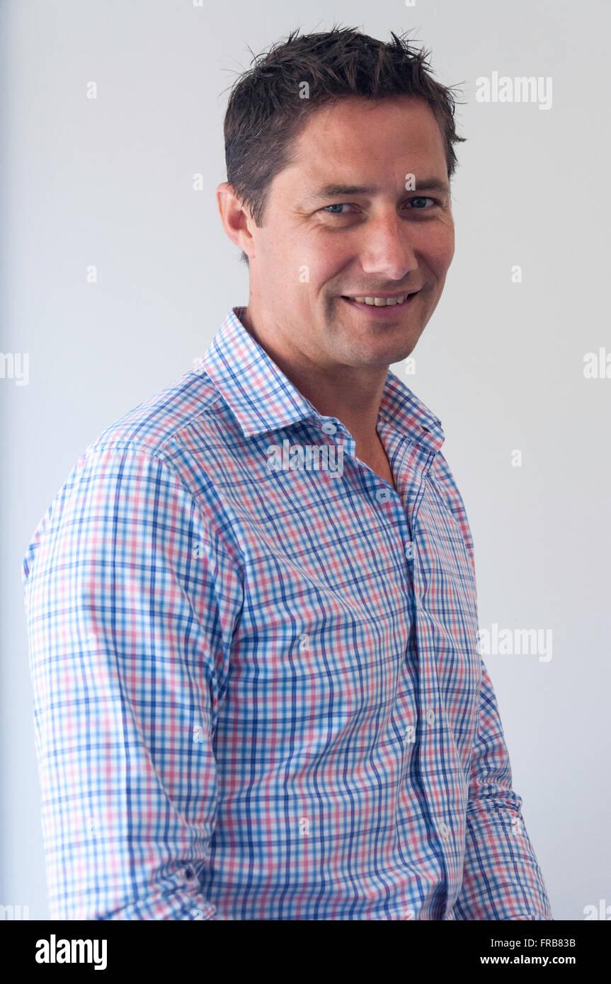Retrato de joven profesional masculina (30'S), Christchurch, Provincia de Canterbury, Nueva Zelanda Imagen De Stock