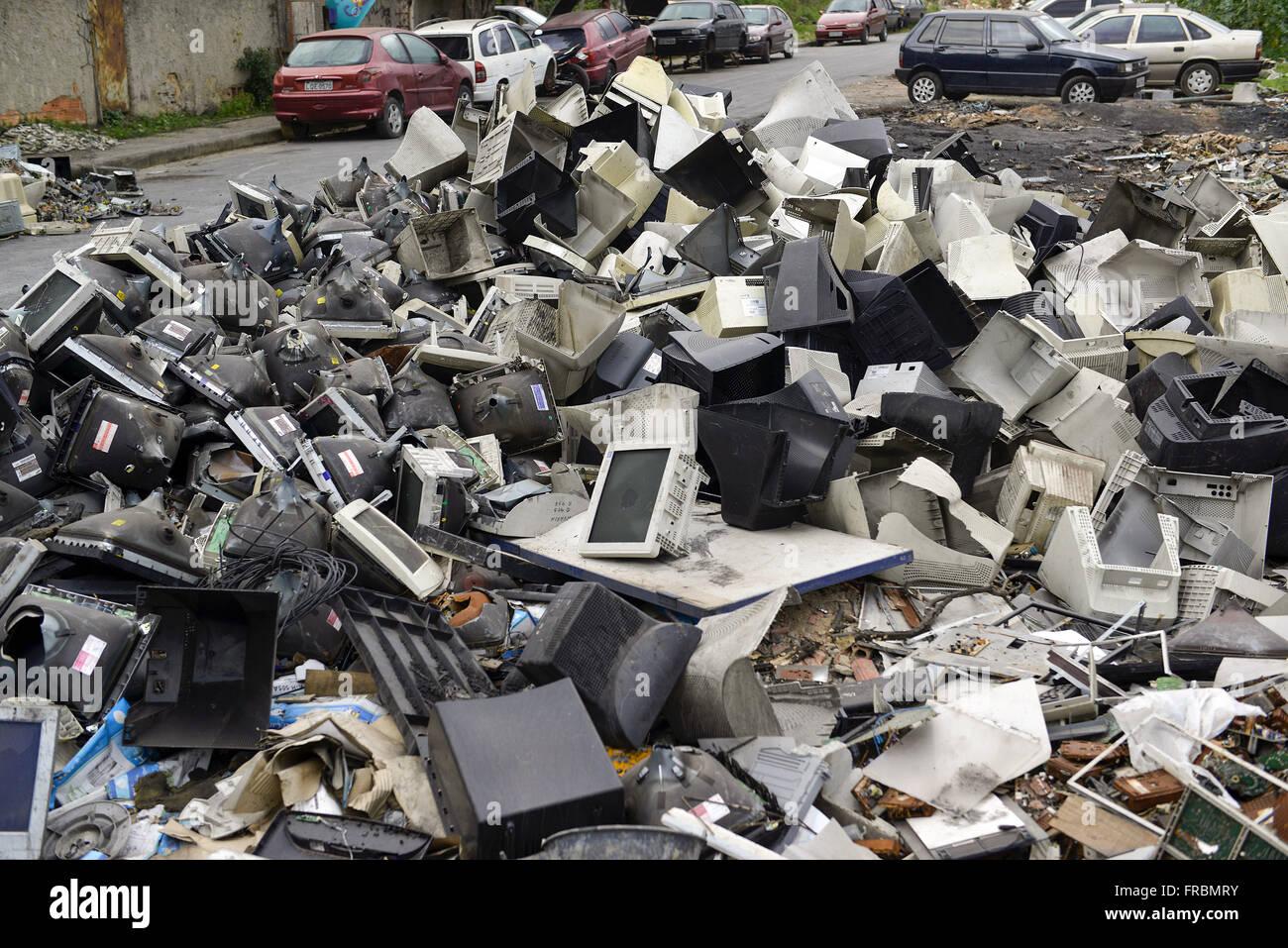 Los residuos electrónicos márgenes desechados a través de la luz - Barrio Tomazinho Imagen De Stock