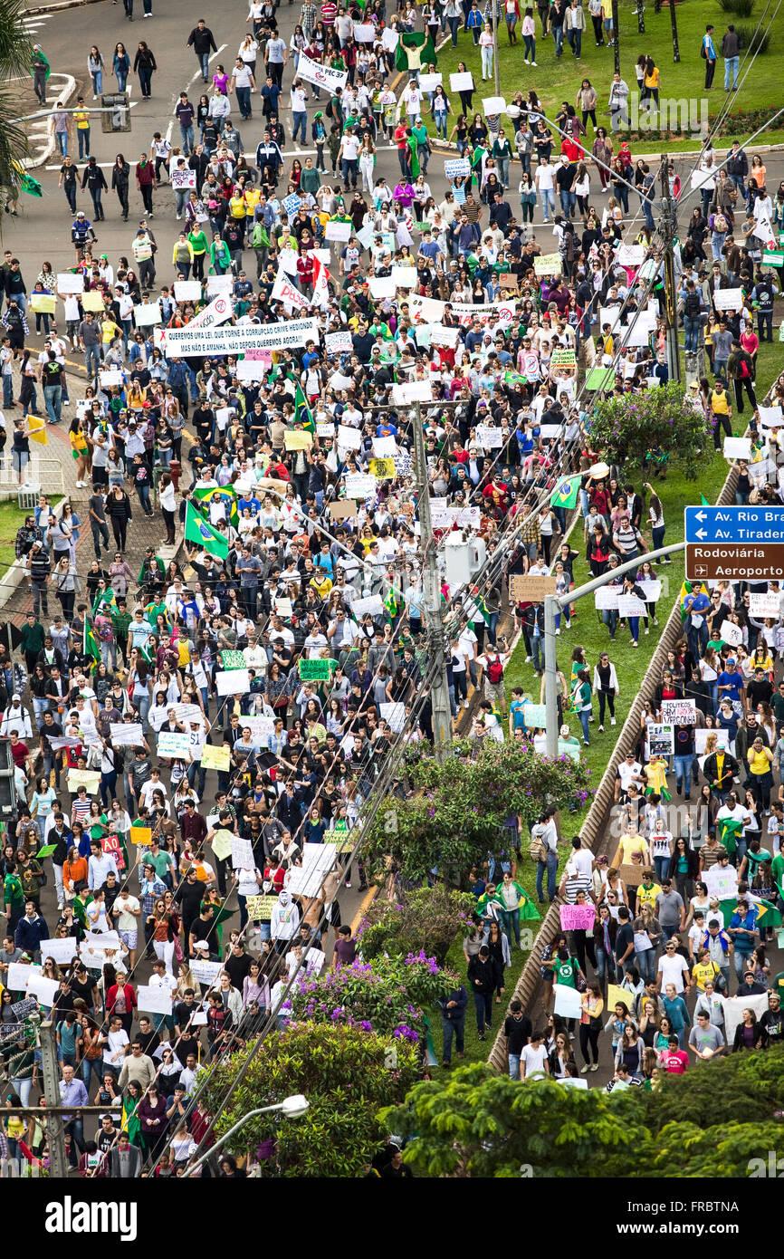 Los manifestantes protestaban contra varias reclamaciones en las calles de la ciudad Imagen De Stock