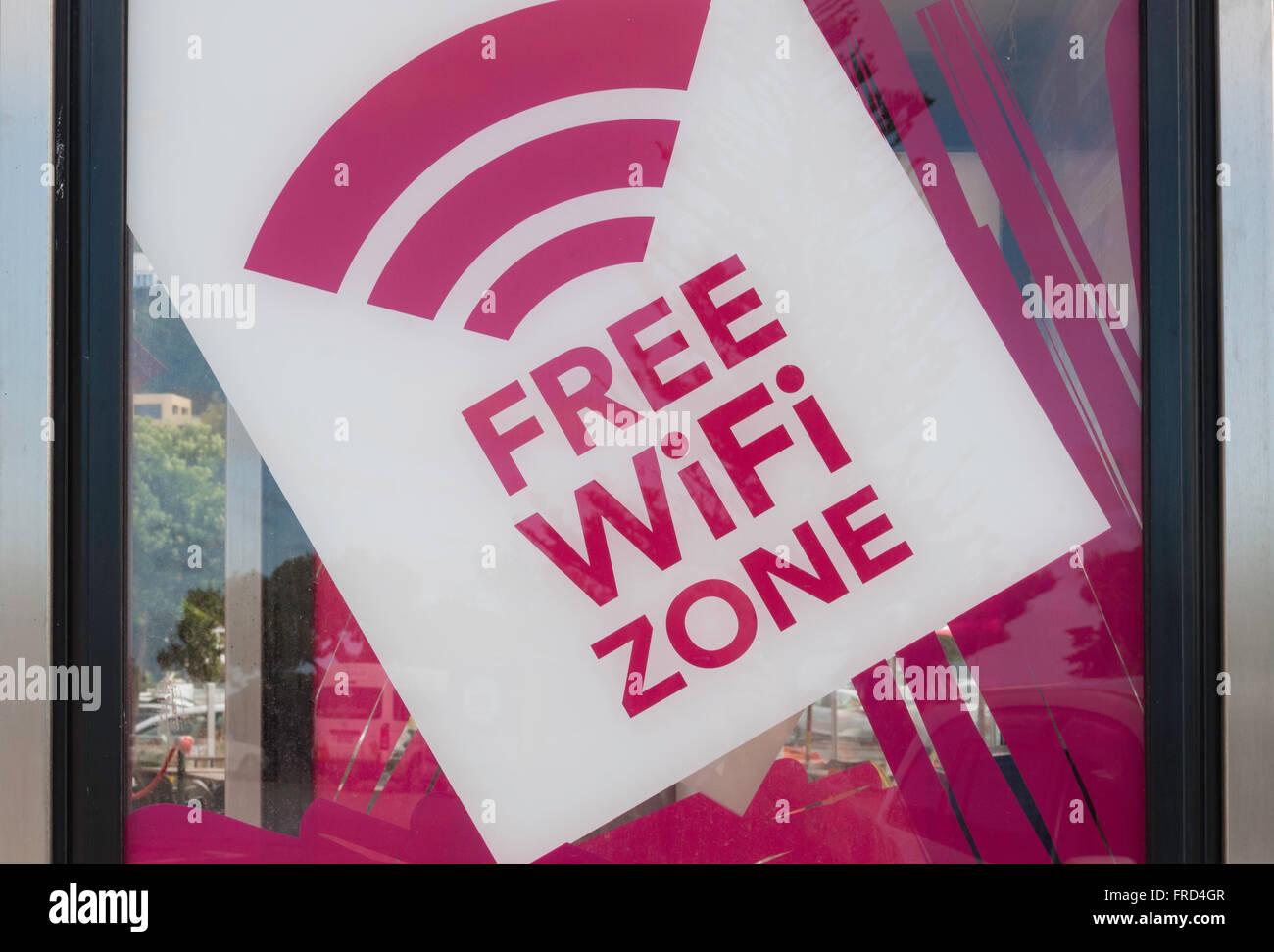 Signo de zona WiFi gratuita en el teléfono quiosco, Esplanade, Sumner, Christchurch, la región de Canterbury, Imagen De Stock
