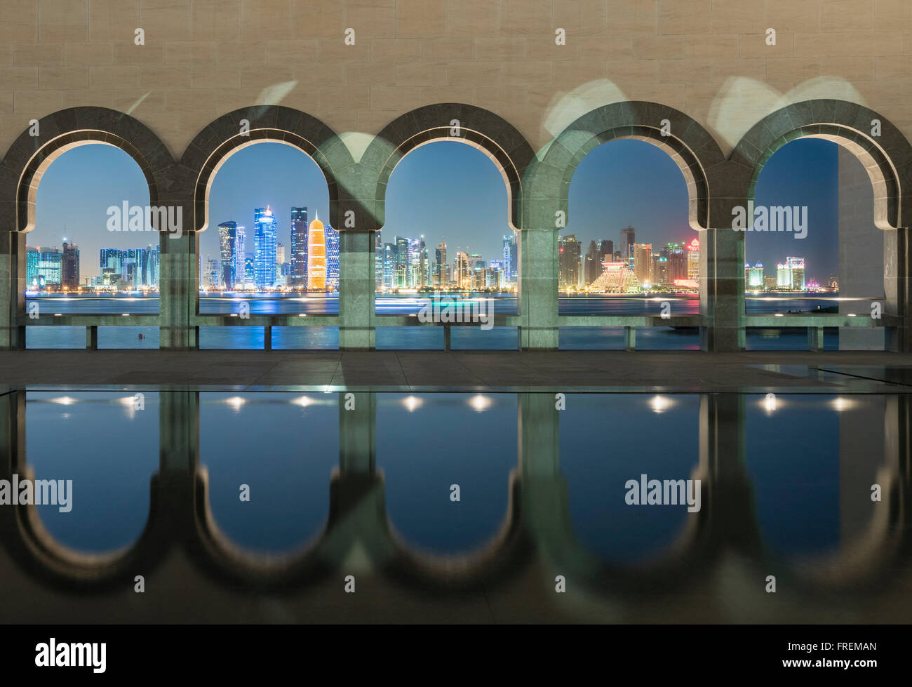 Vista nocturna del Museo de Arte Islámico en Doha (Qatar) Imagen De Stock