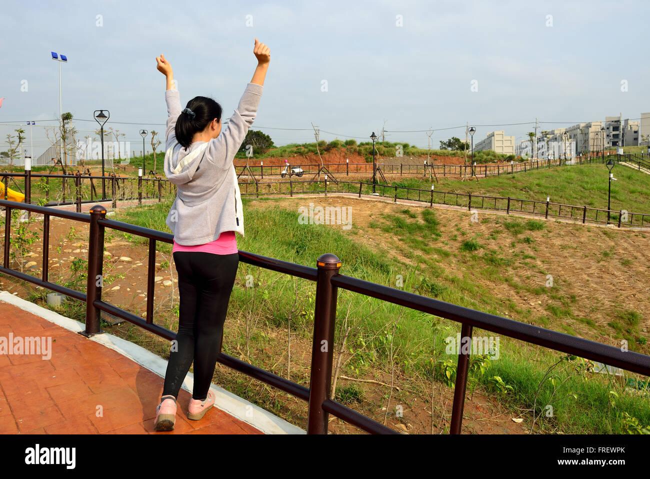 Mujer de pie con las manos arriba /futuro / la libertad / esperanza / éxito concepto Imagen De Stock